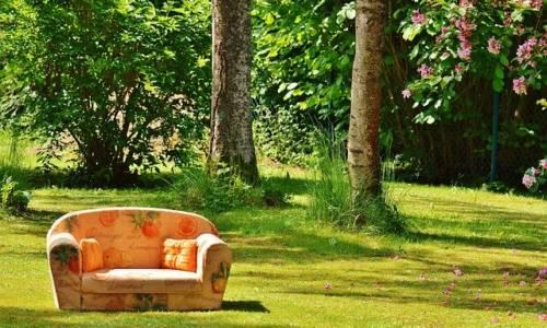 Bild einer Couch im Freien